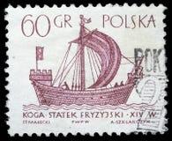 El sello impreso en Polonia muestra una nave del vintage Imagenes de archivo
