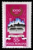 El sello impreso en Rumania muestra edificios viejos y nuevos en Satu-yegua imágenes de archivo libres de regalías