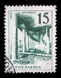El sello impreso en Yugoslavia muestra camino de un motor de Ljubljana - de Zagreb Foto de archivo