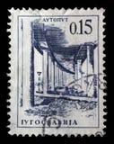 El sello impreso en Yugoslavia muestra camino de un motor de Ljubljana - de Zagreb Fotografía de archivo