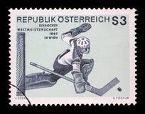 El sello impreso por Austria muestra la imagen del portero del hockey sobre hielo, campeonato del hockey en Wien Fotografía de archivo