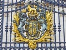 El sello real en puerta del Buckingham Palace Imagenes de archivo