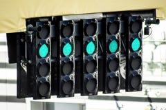 El semáforo en la línea de salida Fotos de archivo