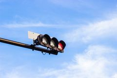 El semáforo rojo señala en Japón con backgrou brillante del cielo azul fotos de archivo libres de regalías