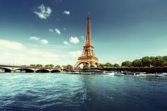 El Sena en París con la torre Eiffel en tiempo de mañana Foto de archivo libre de regalías