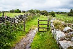 El sendero a través de una puerta en Bodmin amarra Fotografía de archivo