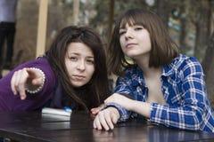 El sentarse adolescente de dos muchachas Foto de archivo libre de regalías