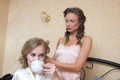 El sentarse atractivo rubio de las mujeres jovenes de las amigas Imagen de archivo
