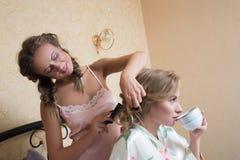 El sentarse atractivo rubio de las mujeres jovenes de las amigas Imagen de archivo libre de regalías
