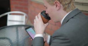 El sentarse comiendo un café