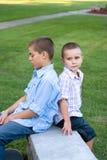 El sentarse de dos muchachos Fotos de archivo libres de regalías
