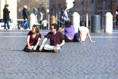 El sentarse de la gente Fotos de archivo