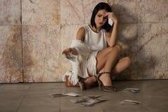 El sentarse de la mujer solo y deprimido Foto de archivo libre de regalías