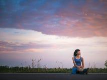 El sentarse de la mujer solo y triste fotografía de archivo