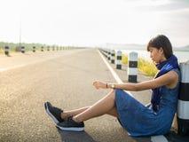 El sentarse de la mujer solo y triste imagenes de archivo