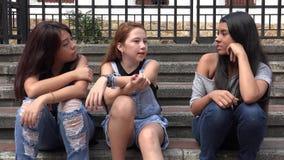 El sentarse de los adolescentes Fotos de archivo