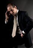 El sentarse de pensamiento serio del hombre de negocios adulto Fotografía de archivo libre de regalías