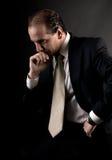El sentarse de pensamiento serio del hombre de negocios adulto Fotos de archivo