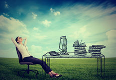 El sentarse de relajación de la empresaria en la oficina imagen de archivo