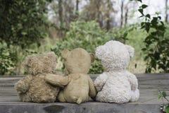 El sentarse de tres osos de peluche Imágenes de archivo libres de regalías