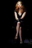 El sentarse del cine negro de la mujer fotos de archivo
