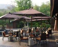 El sentarse del restaurante y del café del centro turístico al aire libre Foto de archivo libre de regalías
