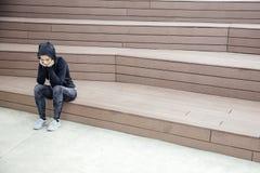 El sentarse deportivo triste y frustrado de la mujer joven al aire libre fotografía de archivo libre de regalías