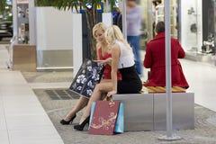 El sentarse después de hacer compras Fotos de archivo
