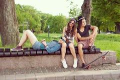 El sentarse en banco de parque Fotografía de archivo