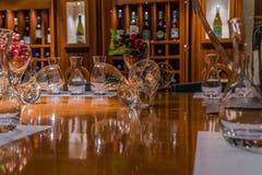 El sentarse en el bar de vinos fotos de archivo libres de regalías