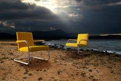 El sentarse en costa del océano imagenes de archivo
