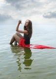 El sentarse en el agua Fotografía de archivo