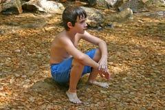 El sentarse en el agua Fotos de archivo