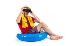 El sentarse en el flotador en la playa imagen de archivo libre de regalías