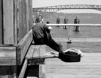El sentarse en el muelle de la bahía Fotos de archivo libres de regalías