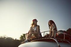 El sentarse en el tejado de Van Road Trip Travel Fotografía de archivo