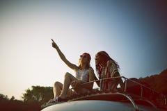 El sentarse en el tejado de Van Road Trip Travel Foto de archivo libre de regalías