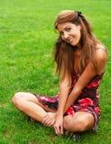 El sentarse en hierba Fotografía de archivo libre de regalías