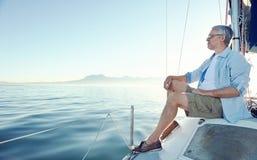 El sentarse en hombre del barco imagen de archivo