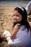 El sentarse en la arena Imagen de archivo