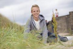 El sentarse en la arena Foto de archivo