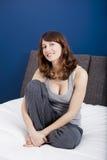 El sentarse en la cama Foto de archivo libre de regalías