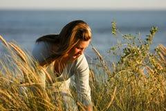 El sentarse en la hierba larga Fotos de archivo libres de regalías