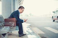 El sentarse en la parada de autobús Fotografía de archivo