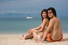 El sentarse en la playa Imagen de archivo