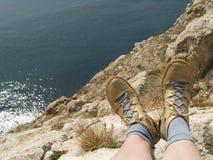 El sentarse en la roca Fotos de archivo libres de regalías