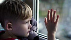 El sentarse en el travesaño de la ventana  almacen de video