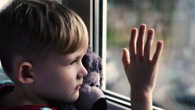 El sentarse en el travesaño de la ventana  almacen de metraje de vídeo