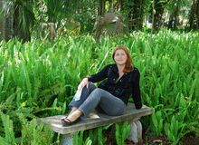 El sentarse en un parque Imagen de archivo