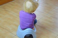 El sentarse en un potty imágenes de archivo libres de regalías
